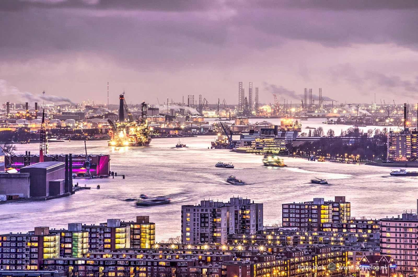 Avondbeeld van de Nieuwe Maas in Rotterdam met op de voorgrond de wijk Schiemond, links de Heyplaat, rechts Schiedam en op de achtergrond de industrie van Pernis, Botlek en Europoort.