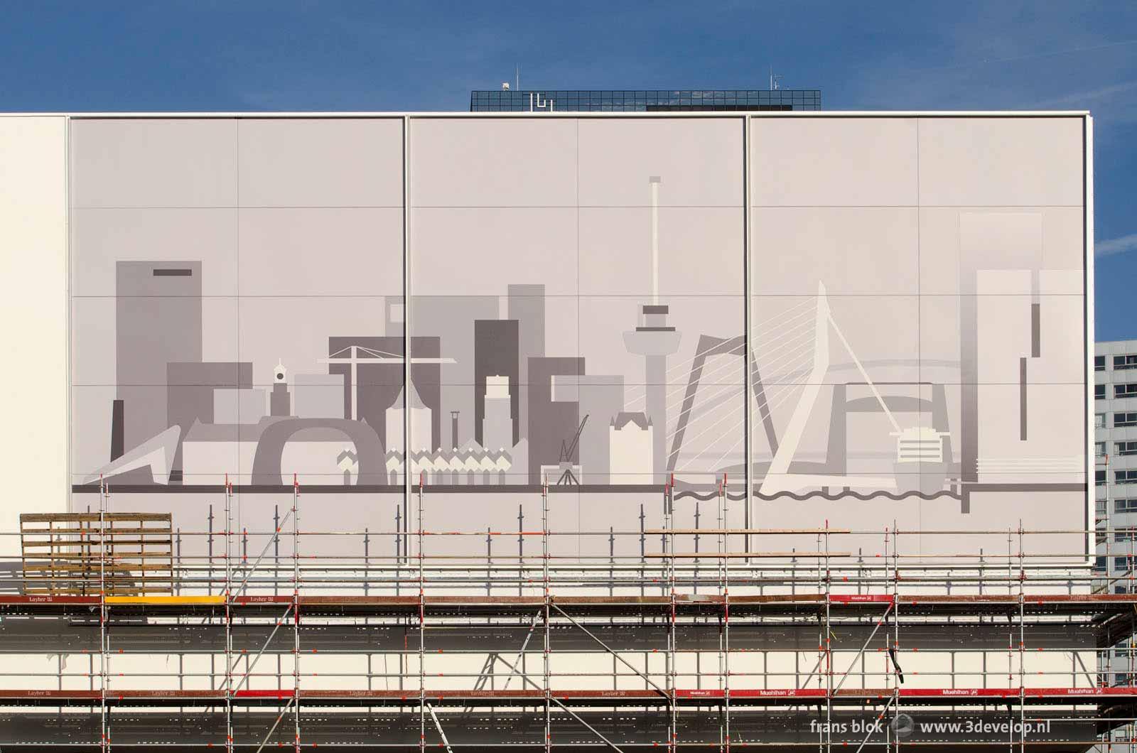 De voorgevel van de Pathé-bioscoop op het Schouwburgplein, nog gedeeltelijk in de steigers, met de afbeelding van de skyline van Rotterdam