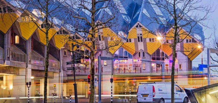 Foto gemaakt op een vroege winterochtend van de kubuswoningen in Rotterdam met een ontsierende witte bestelbus er voor