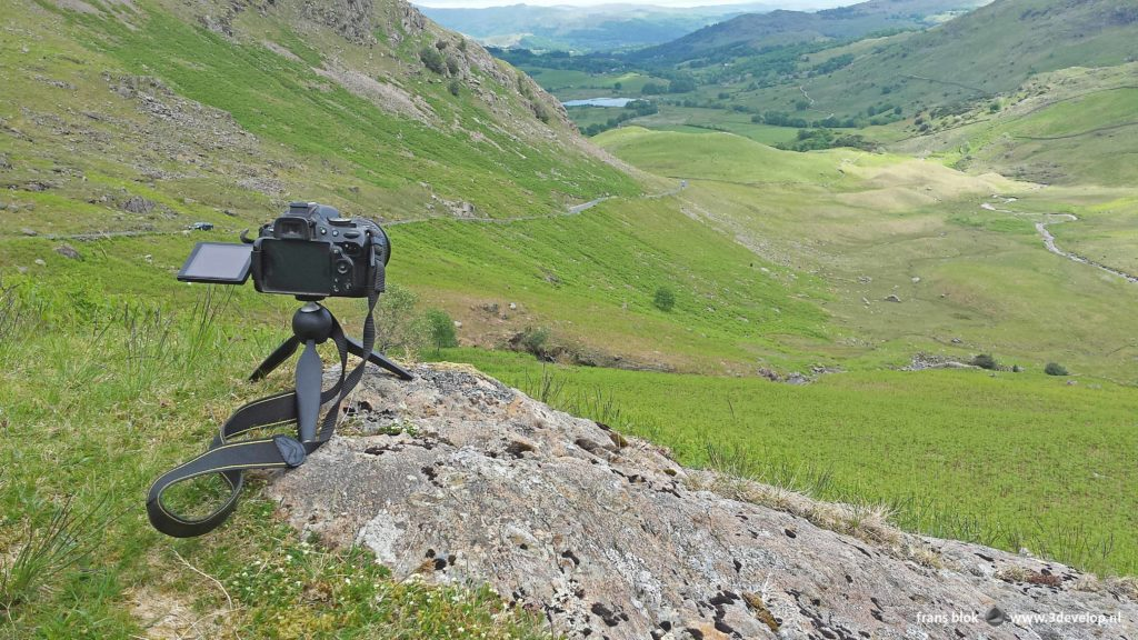 Een Nikon d5100 -camera op een Manfrotto-ministatief in een berglandschap in het Engelse Lake District