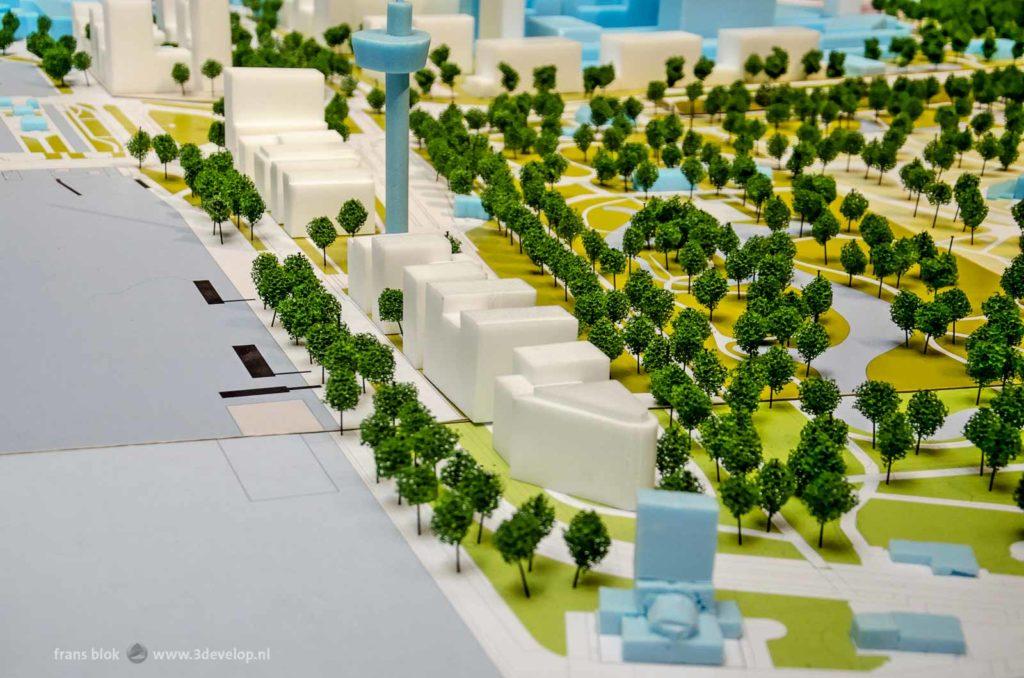Deel van een piepschuim-maquette van het centrum met Rotterdam, met voorgestelde woningbouwblokken rond de Euromast in het Park