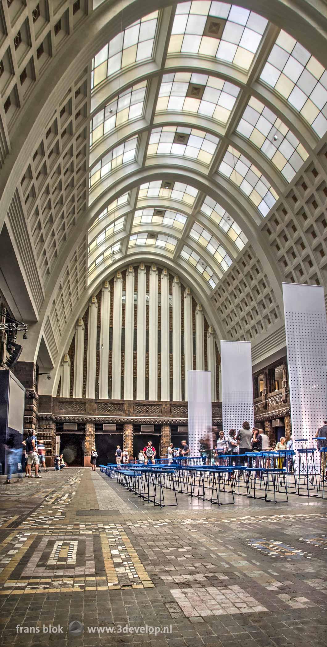 Beeld van de grote hal van het Postkantoor aan de Coolsingel in Rotterdam, tijdens de openstelling in de Rotterdamse Architectuur Maand in 2019
