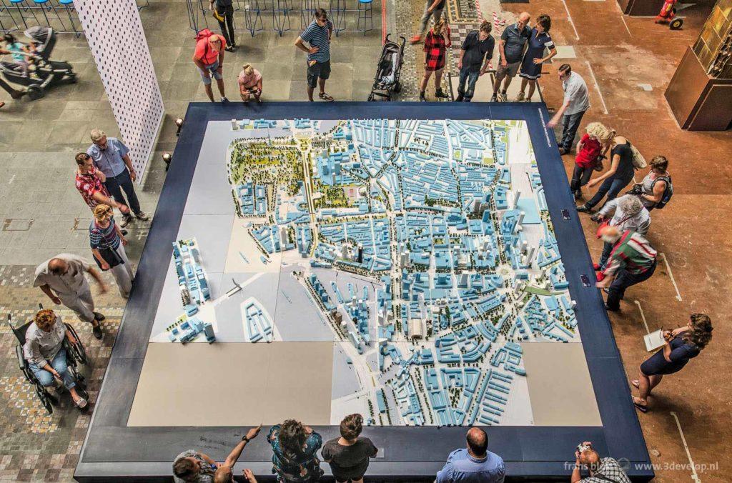 Bovenaanzicht van de maquette van het centrum van Rotterdam met nieuwe projecten, in de hal van het Postkantoor aan de Coolsingel