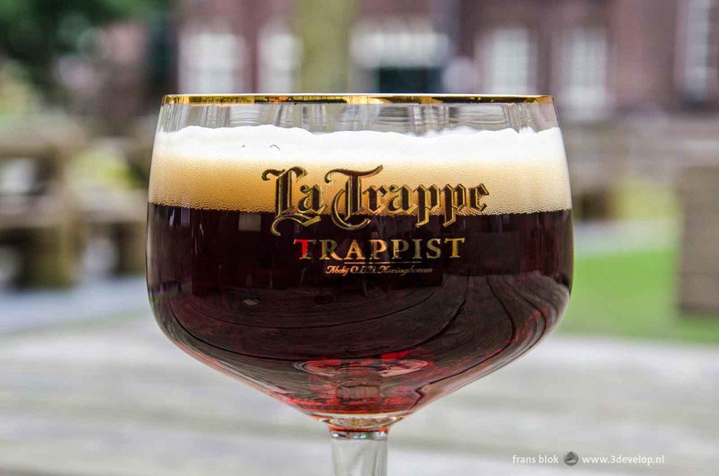 Een glas La Trappe Dubbel, gefotografeerd in de kloostertuin van de brouwerij bij Tilburg