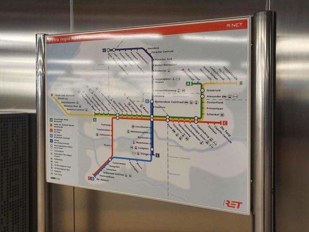 Bord in Rotterdams metrostation met een kaart van het lijnennet