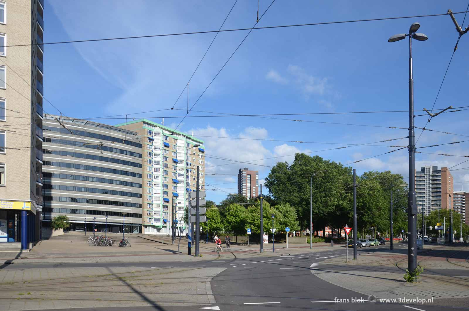 The current situation at Oostplein in Rotterdam: asphalt, tram tracks, pavement and ugly architecture