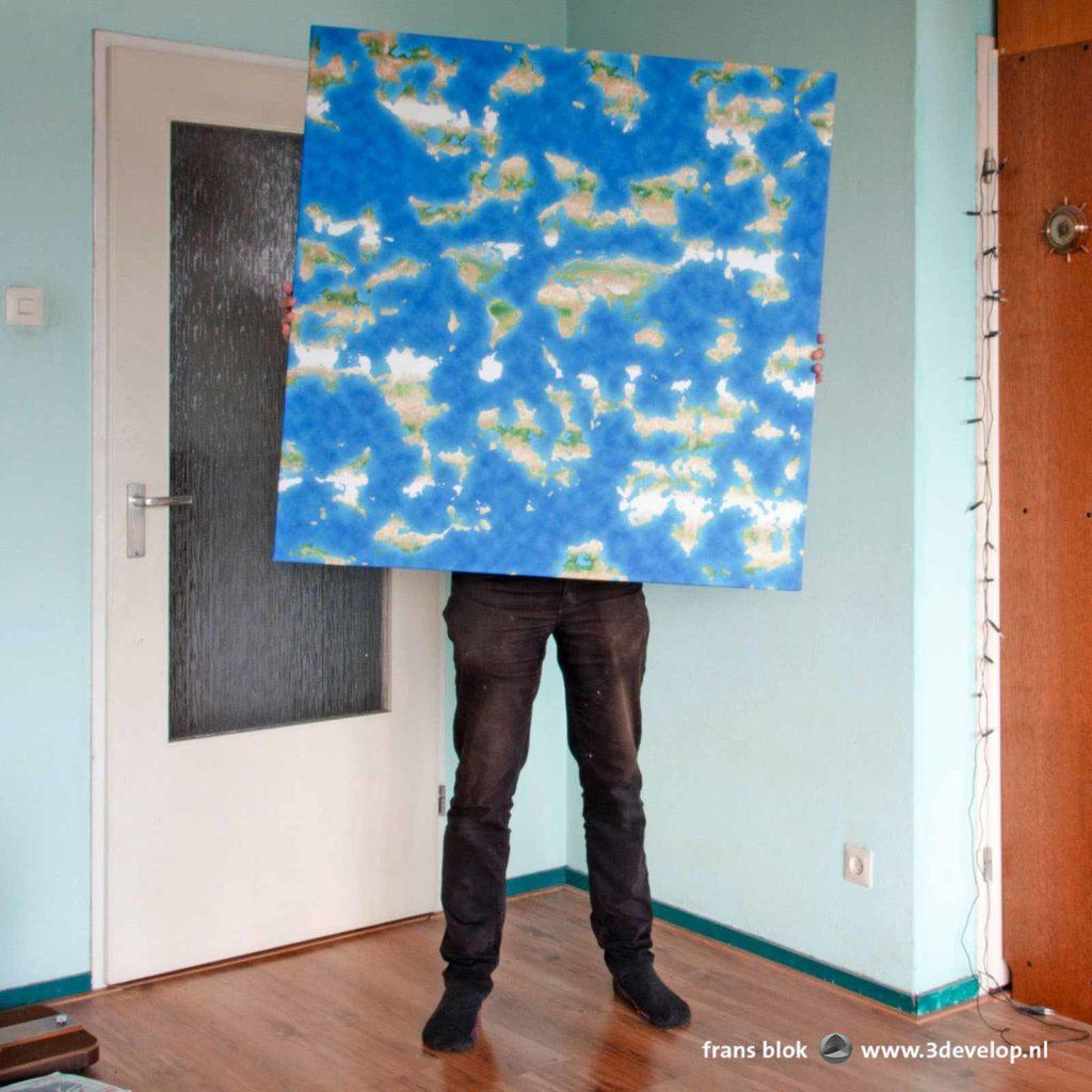 Canvasprint van een vierkante meter van de kaart van de fictieve Platte Aarde, gedragen door de maker
