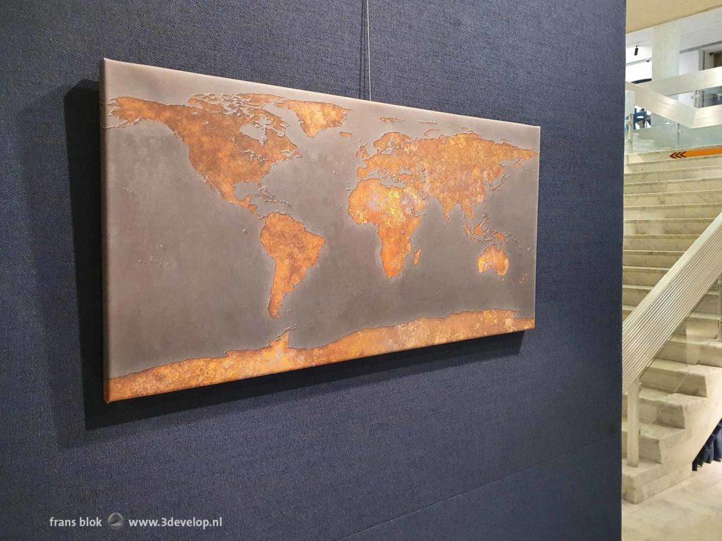 Wereldkaart Roest van Frans Blok, tentoongesteld in de hal van het RIVM in Bilthoven