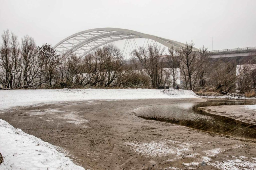 Het Eiland van Brienenoord in Rotterdam met op de Achtergrond de Brienenoordbrug tijdens een sneeuwstorm