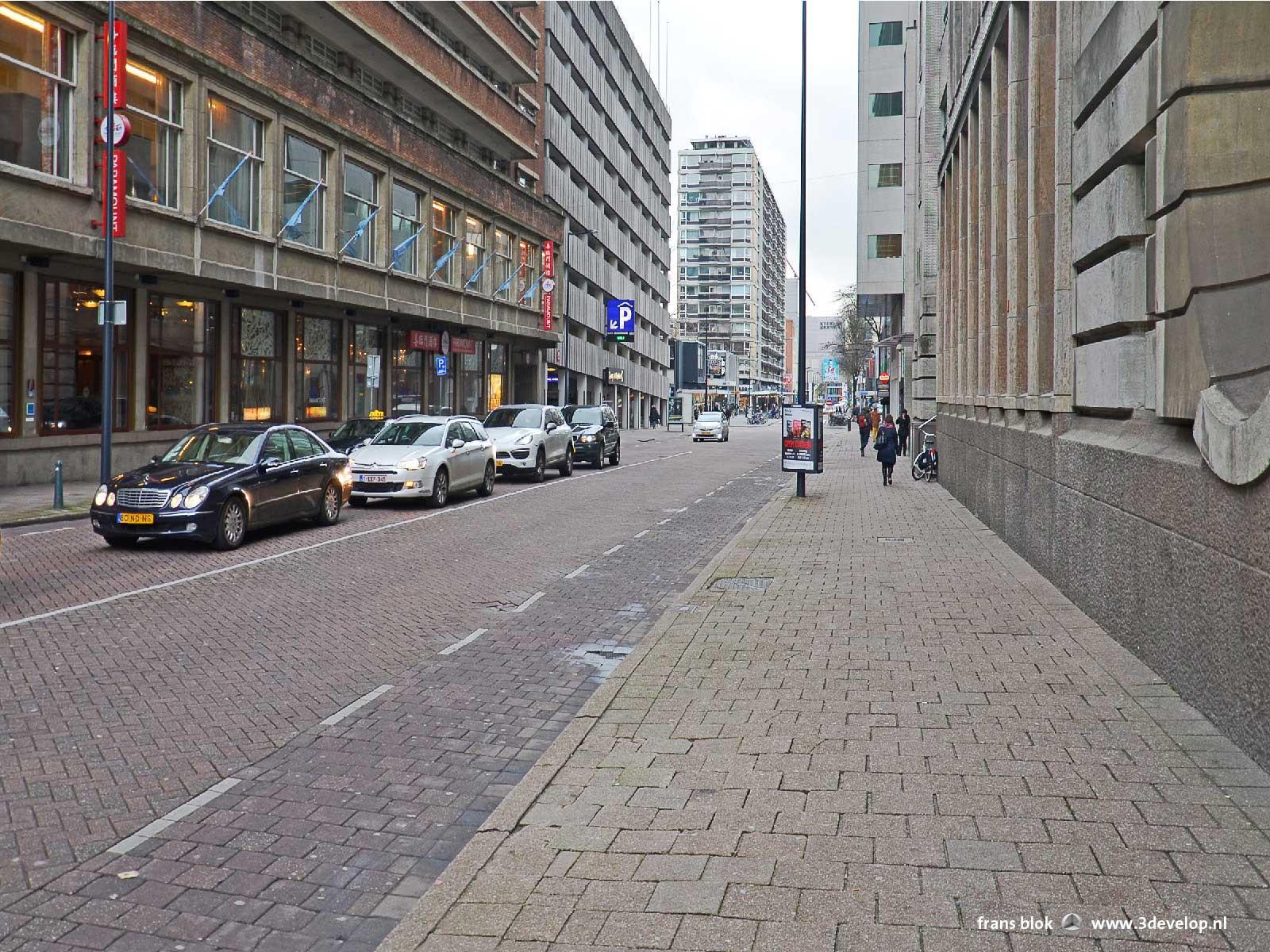 De boomloze Aert van Nesstraat in het centrum van Rotterdam