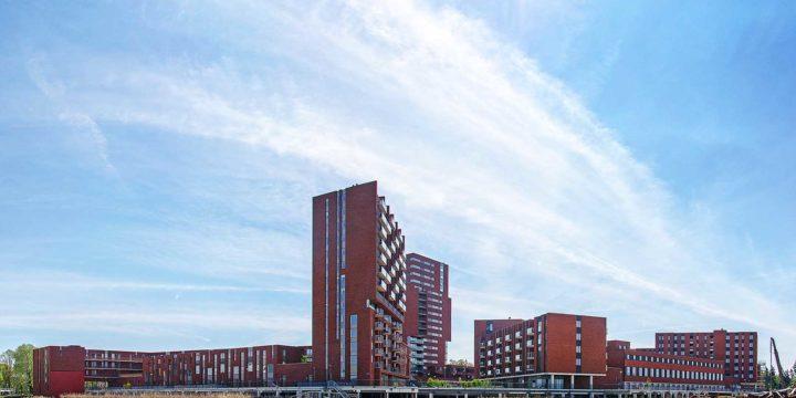 Winkelcentrum Meerrijk, Eindhoven, gezien vanuit het aangrenzende park, deels nog in aanleg
