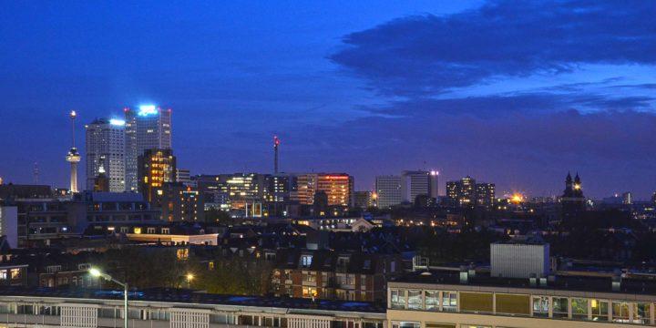 De avond is gevallen over Rotterdam; still uit een time lapse-filmpje met een donkerblauwe lucht boven het Oude Westen en het Erasmus MC