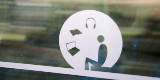 Onduidelijk pictogram voor de stiltecoupe in een Nederlandse trein, met een mannetje, een boek, een laptop en een koptelefoon