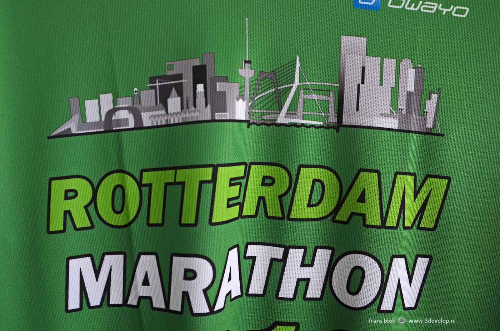 Grijsgroene variant van de grafische weergaven van de Rotterdamse skyline, zoals gedragen door een paar honderd deelnemers aan de Rotterdamse marathon in 2016 en 2017