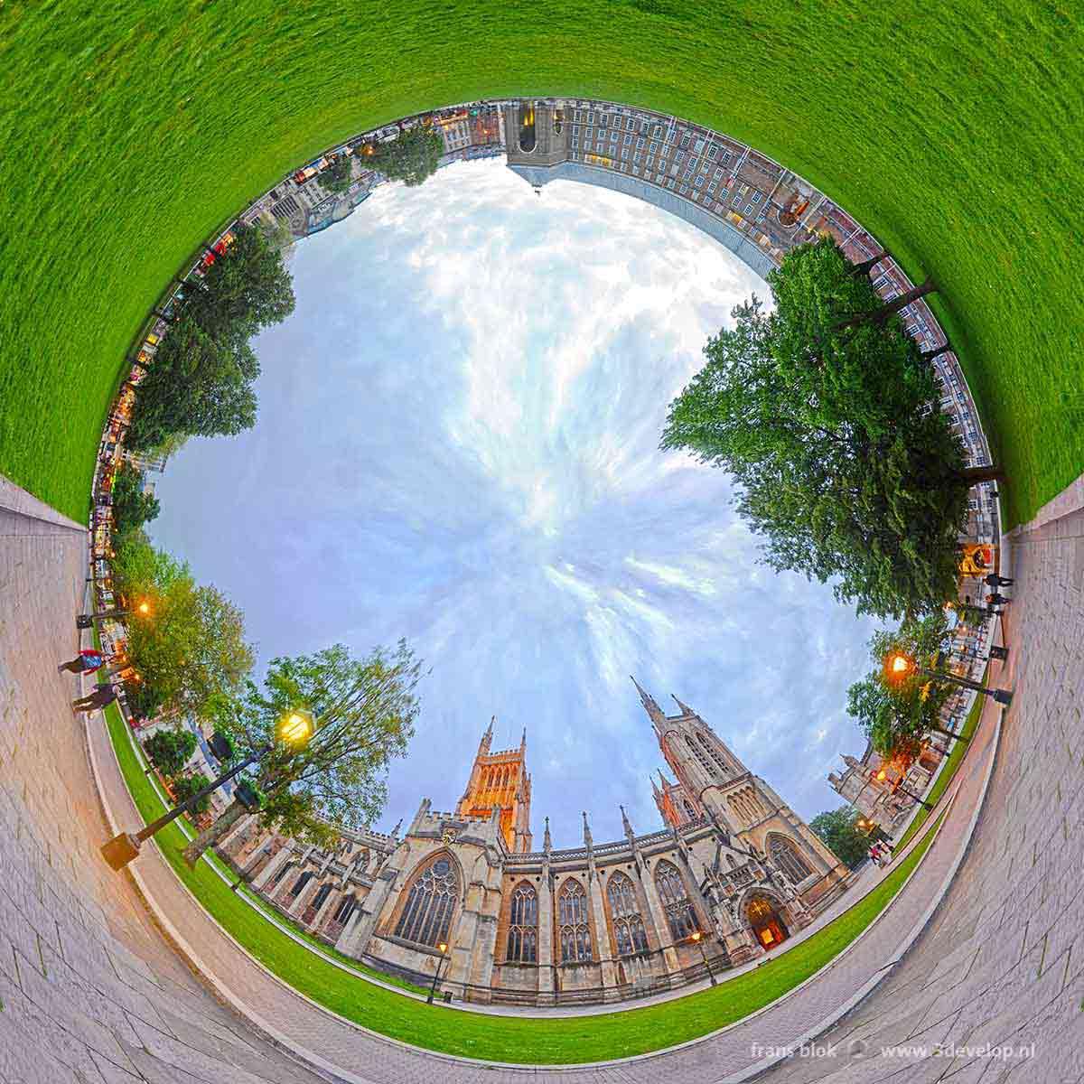 Buispanorama, samengesteld uit 18 foto's, aan elkaar geplakt in Photoshop, van College Green in Bristol, Engeland met de kathedraal en het stadhuis, vroeg in de avond.