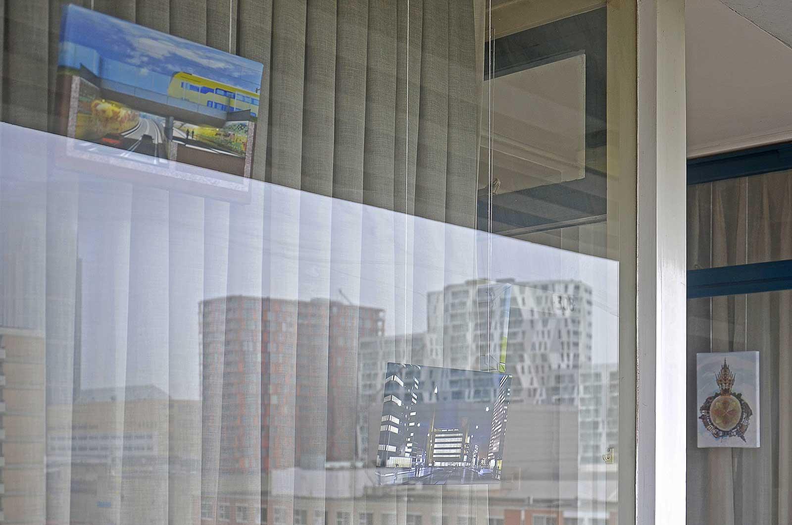 Tentoonstelling van het werk van Frans Blok in de galerijgalerie bij de bedrijfswoning van 3Develop, met reflectie van het Calypso-gebouw in het centrum van Rotterdam