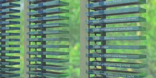 Denkend Aan - regelmonument voor begraafplaatsen, ontworpen door Dirry de Bruin met in zuilen gevatte azuurblauwe glasregels