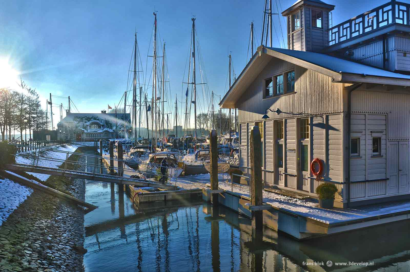 De Veerhaven in Rotterdam op een winterdag, met zeilboten en een drijvend houten havenkantoor