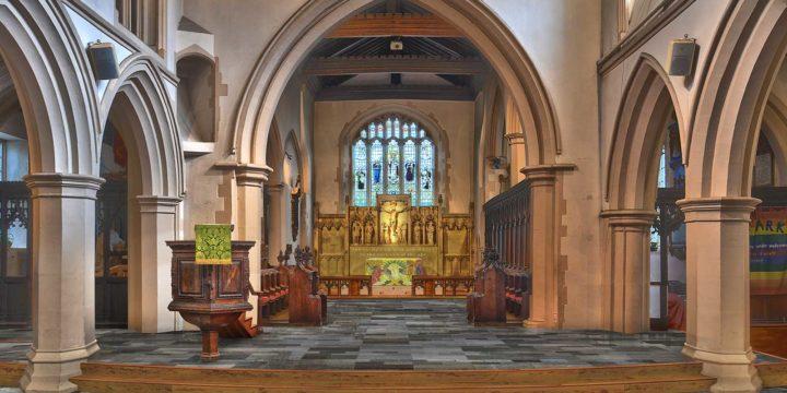 Interieurbeel van St.Mary's church in Watford, met stenen vloer, gezien in de richting van het koor