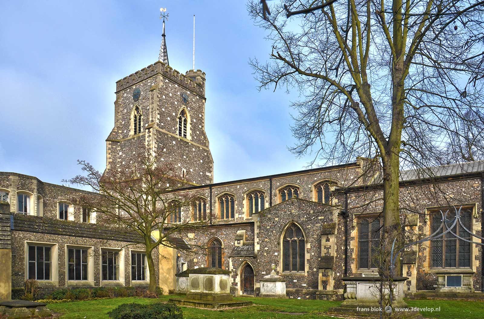 Foto van St.Mary's church in Watford met de omliggende tuin, vroeg in het voorjaar