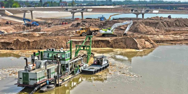 Foto gemaakt in mei 2015 van het ruimte voor de Rivier-project bij Nijmegen, met werk in uitvoering aan de nieuwe geul en de Promenadebrug