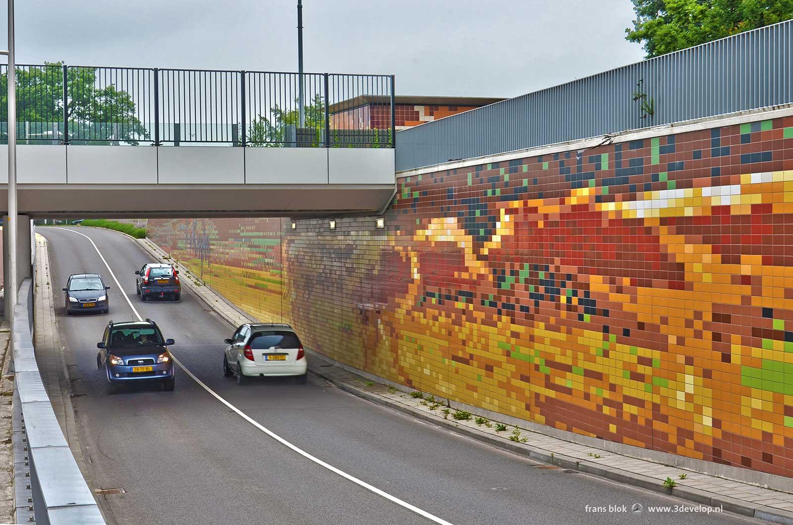 Van Kregtentunnel in Wierden: het gedeelte voor auto's, met zicht op het schilderijen met twee koeien van Fedor van Kregten dat gebruikt is voor het tegelwerk op de wanden