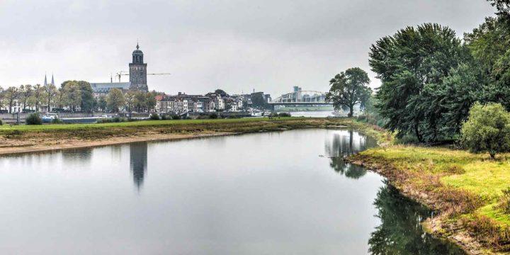 Ruimte voor de Rivier Deventer de stad en park de Worp spiegelen in de nieuwe geul, gezien vanaf de spoorbrug