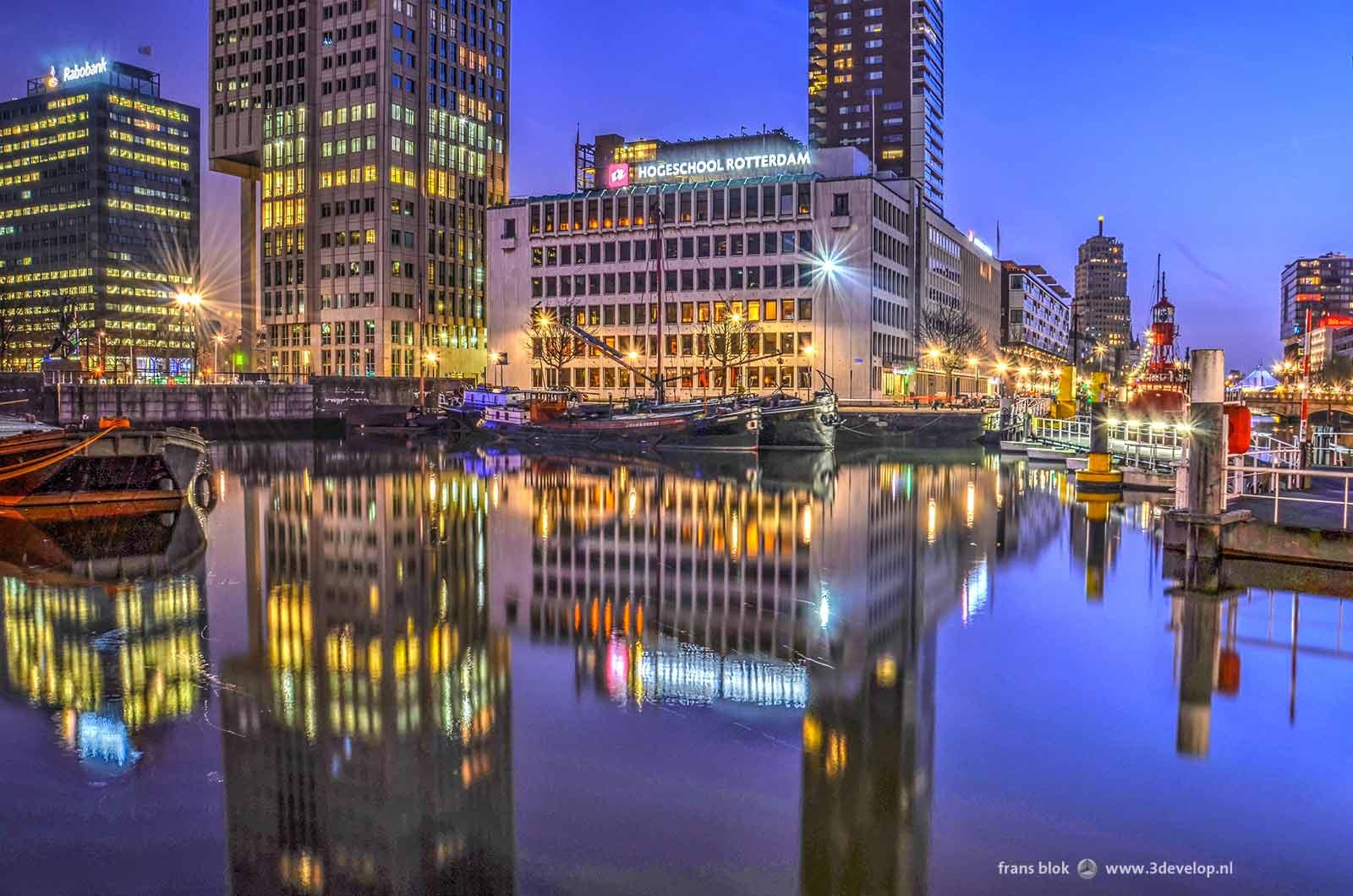 De Leuvehaven bij het Maritiem Museum in Rotterdam tijdens het blauwe uur