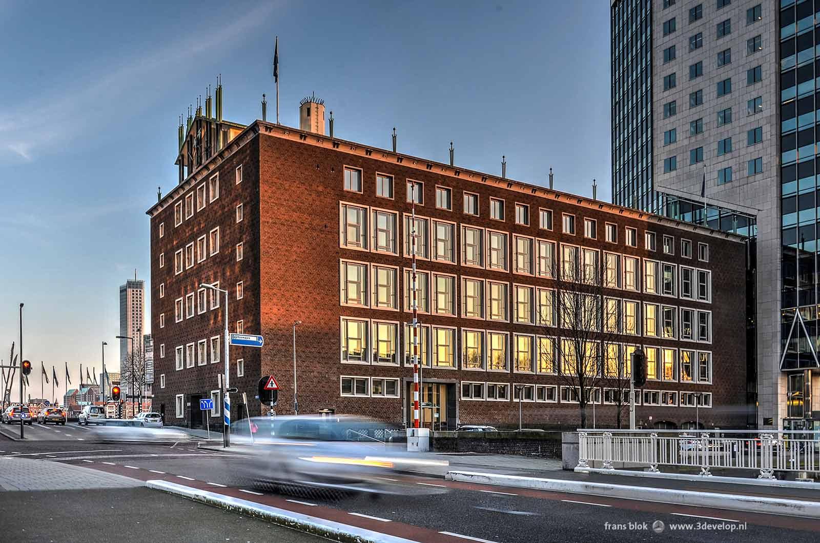 De voormalige bijbank van de Nederlandsche Bank op de Boompjes in Rotterdam, laat in de middag gefotografeerd vanaf de Scheepmakershaven