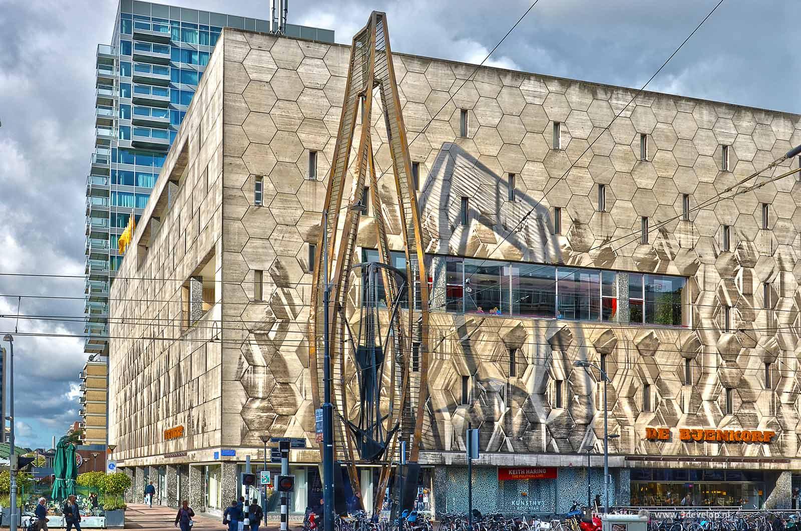 De nieuwe Bijenkorf van Rotterdam aan de Coolsingel, ontworpen door Marcel Breuer, met ervoor de plastiek, bijgenaamd het Ding, van Naum Gabo