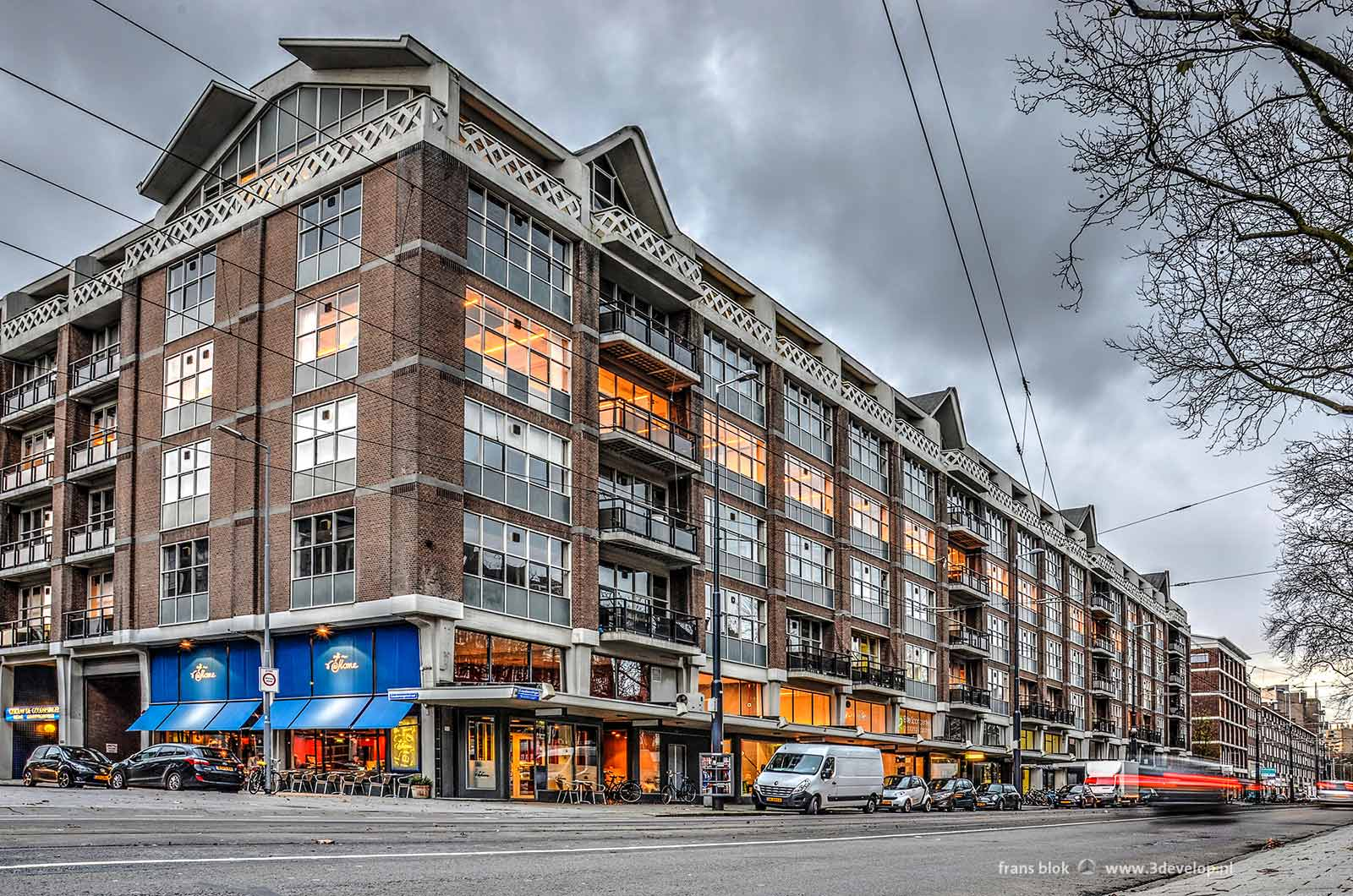 Het Industriegebouw van Maaskant en Van Tijen aan de Goudsesingel, gefotografeerd aan het eind van de middag als de eerste lichten aangaan.