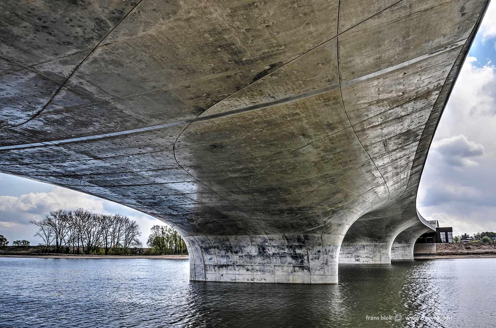 De Verlengde Waalbrug over de Spiegelwaal in Nijmegen, gezien vanaf de Lentse kant vanaf een positie onder de brug