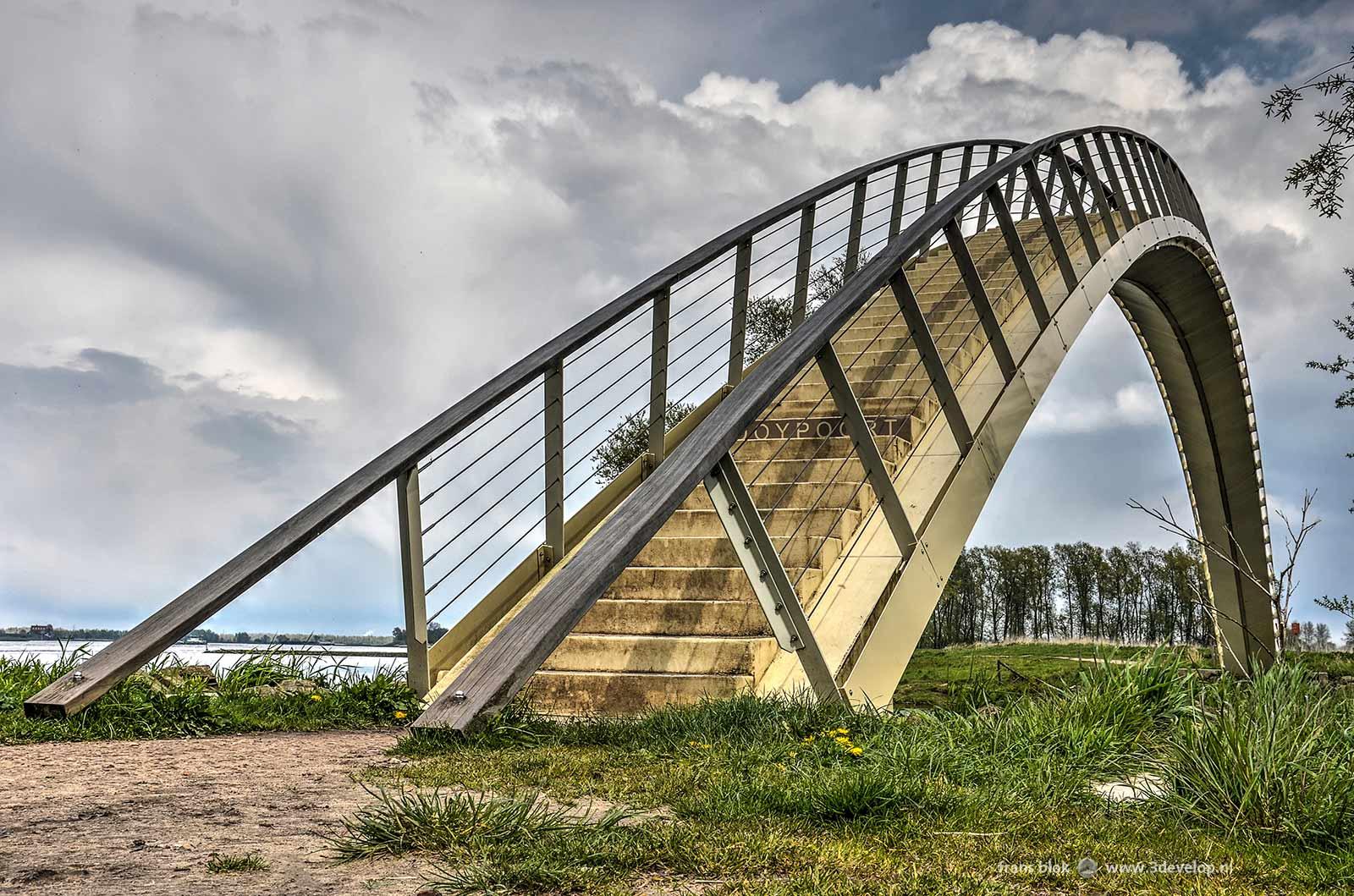 De Ooijpoort, of Ooypoort, een voetgangersbrug in Nijmegen die vanaf de Waalkade toegang geeft tot de Ooijpolder