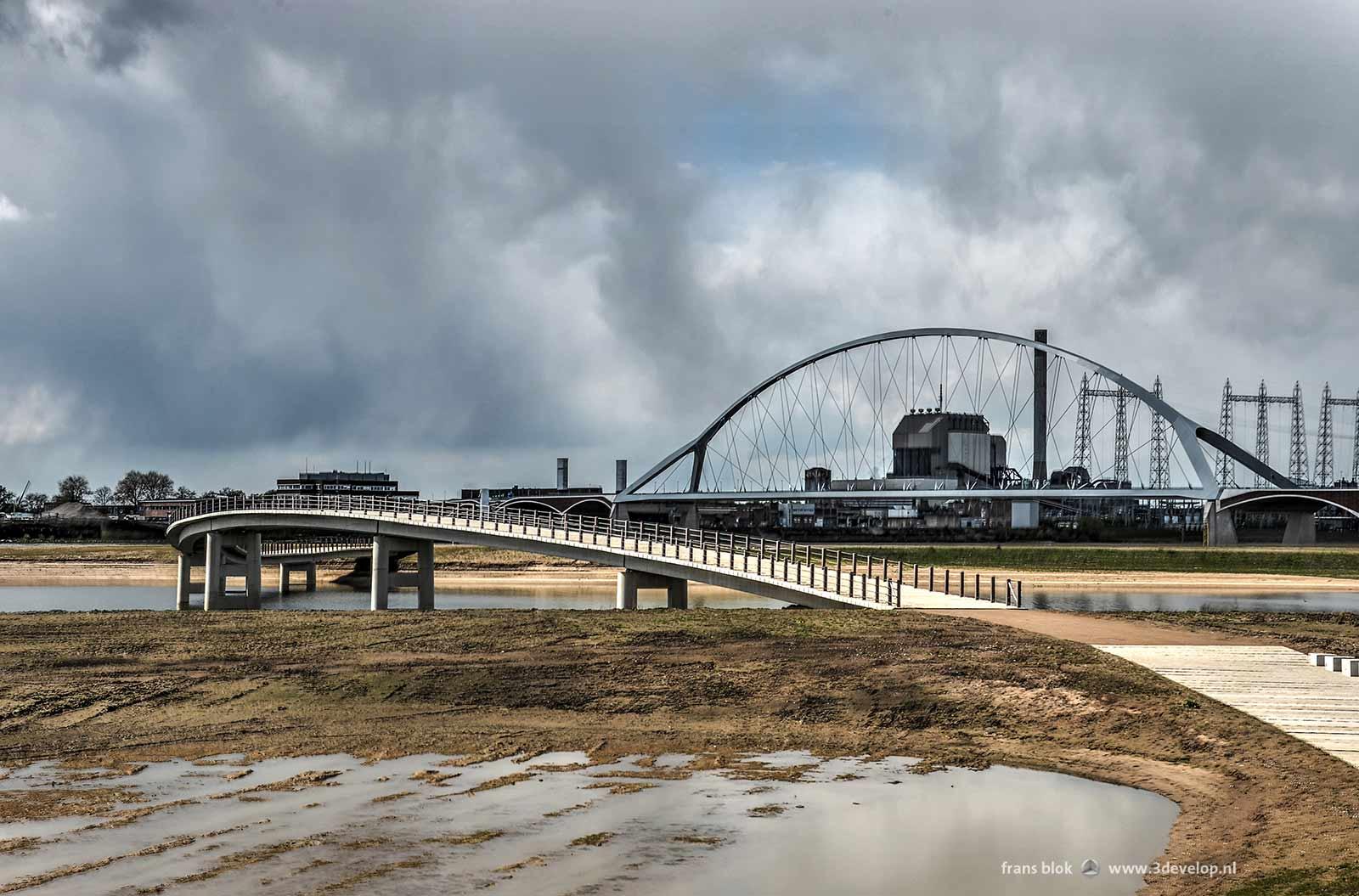 De Zaligebrug, een voetgangersbrug over de Spiegelwaal in Nijmegen, met op de achtergrond stadsbrug De Oversteek