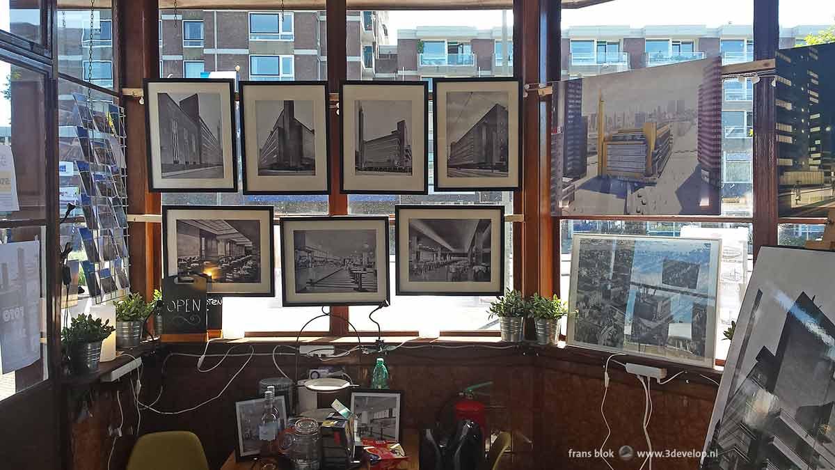 Interieurfoto van het brugwachtershuisje van de Oranjebrug in Schiedam tijdens de Dudok-expo met tekeningen en foto's van Dudok's Rotterdamse Bijenkorf
