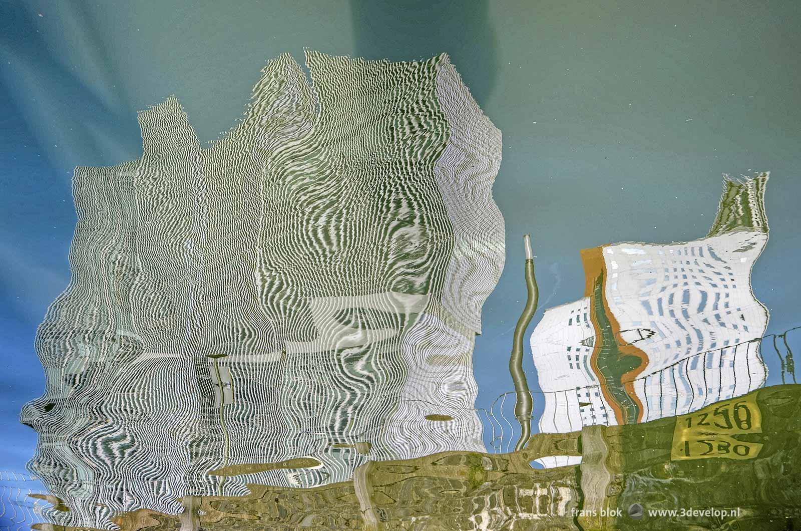 Reflectie van De Rotterdam en het KPN-gebouw op de Kop van Zuid in het water van de Rijnhaven in Rotterdam