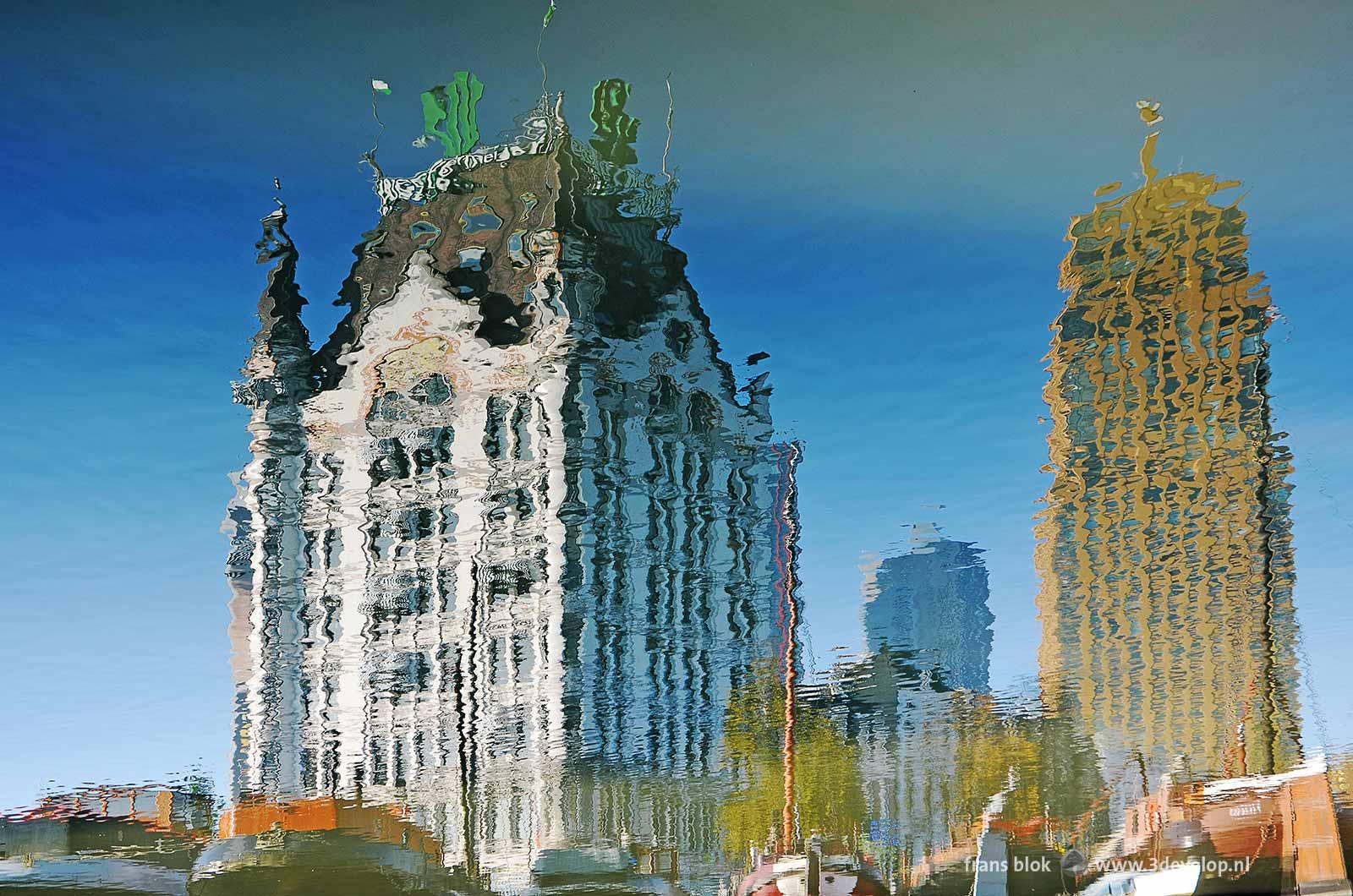 Reflectie van het Witte Huis in Rotterdam, en van enkele historische binnenvaartschepen in het water van de Oude Haven