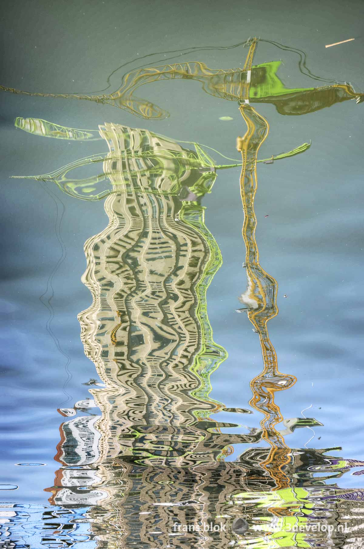 Reflectie van een bouwkraan en de woontorens New Orleans en Montevideo in het water van de Rijnhaven