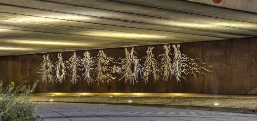Cortenstaal voorzetwand onder de van der Louwbrug in Rotterdam met wortelvormige uitsparingen die de letters ROTTE-DAM vormen