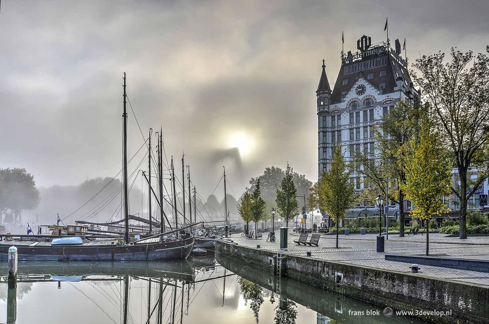 Foto gemaakt bij de Oude Haven op een mistige herfstdag met het Witte Huis en de schepen in de haven nog scherp in beeld maar de Willemsbrug erachter slechts als vage schim.
