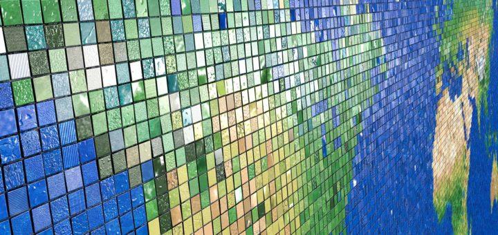 Perspectivisch beeld van een wereldkaart, opgebouwd uit ruim 30.000 mozaïektegels, ingezoomd op Noord-Amerika met op enige afstand de andere continenten.