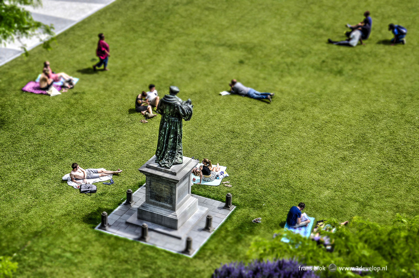 Standbeeld van Erasmus op het grasveld voor de Laurenskerk, gefotografeerd met het miniatuur- of Madurodam-effect
