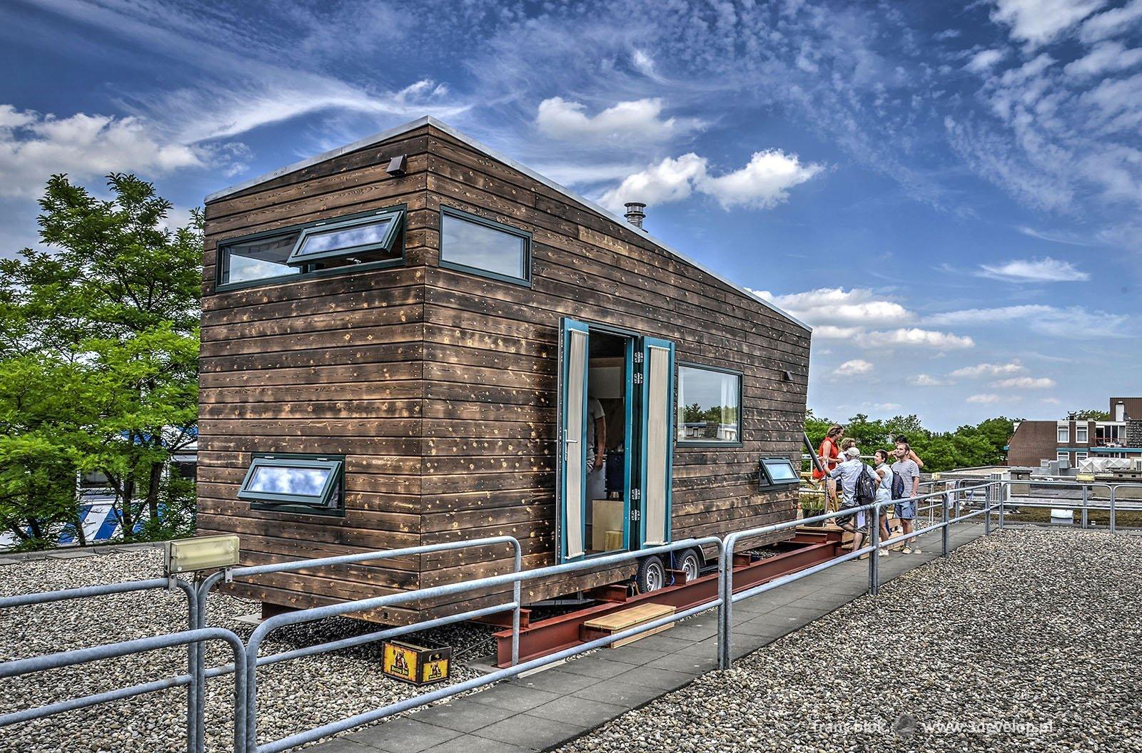Tiny House tijdens de Rotterdamse Dakendagen op een dak van een gebouw aan het Schoterboshof