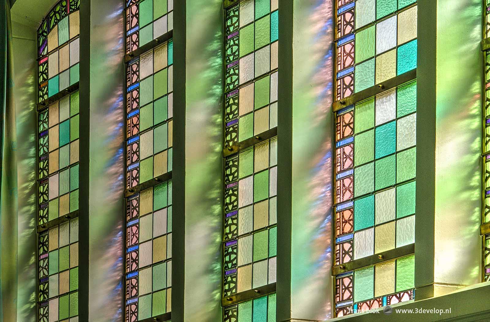 Glas-in-loodramen in de Bergsingelkerk in Rotterdam tijdens de Open Monumentendag