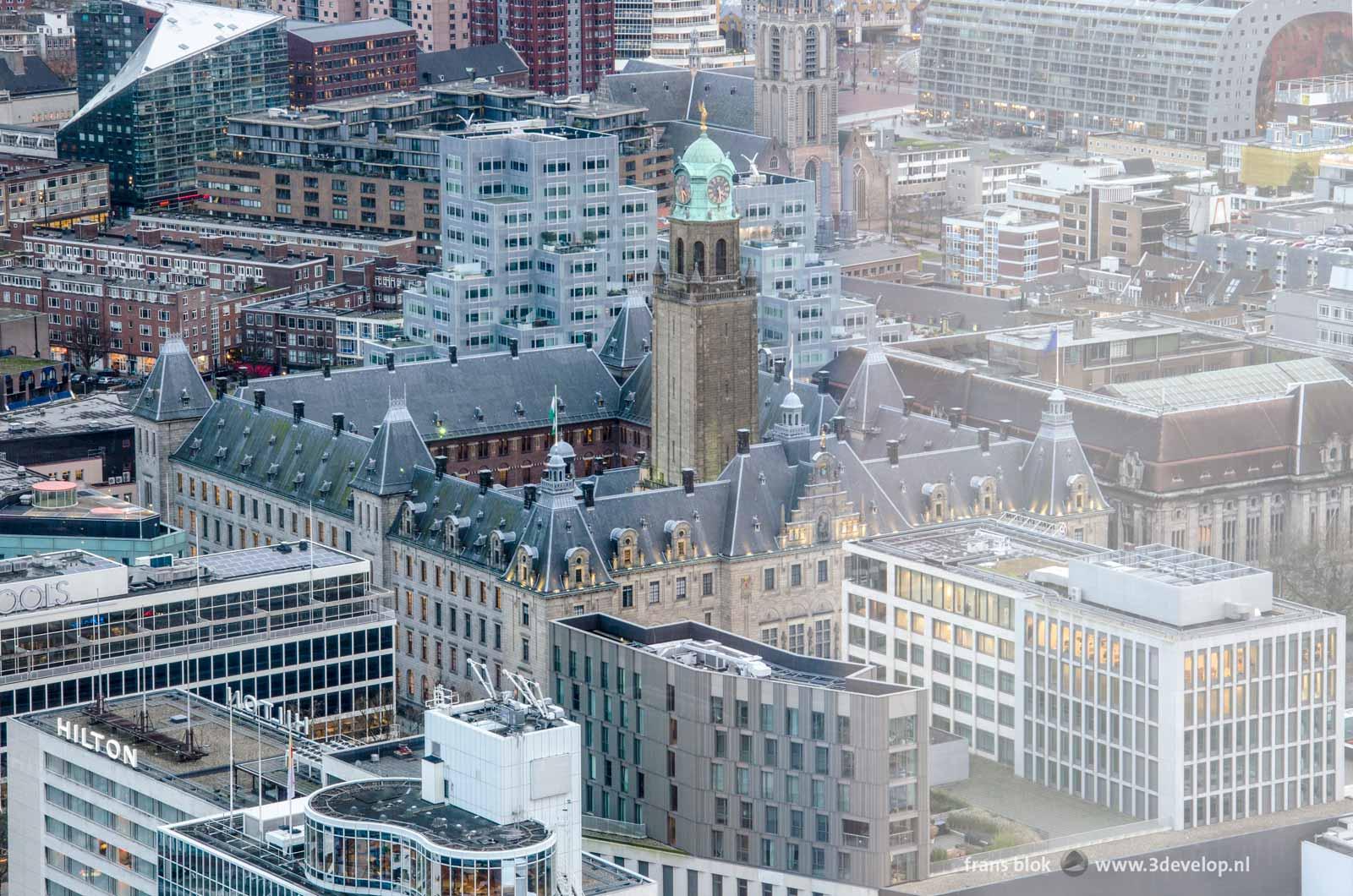 Het stadhuis van Rotterdam gezien vanaf gebouw Delftse Poort met helaas een storende reflectie vanwege het fotograferen door glas.