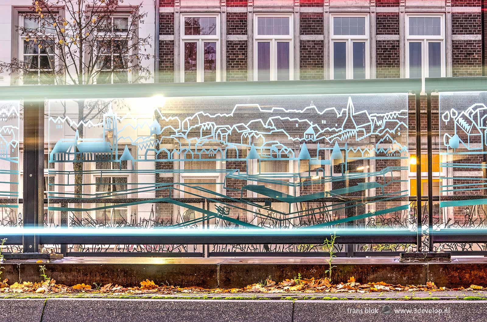 Detailopname van een glaspaneel met print van de historische vestingwerken bij het Koninginneplein in Venlo