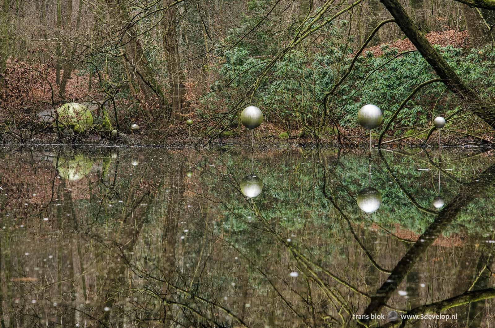 Kunstwerk Skies Captured van Henrietta Lehtonen oftwel het Bosplanetarium van Arnhem in de Koude Vijver in Park sonsbeek