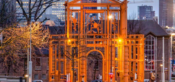 Het enorme stalen kunstwerk De Nieuwe Delftse Poort van kunstenaar Cor Kraat, op de hoek van het Pompenburg en het Haagseveer in Rotterdam