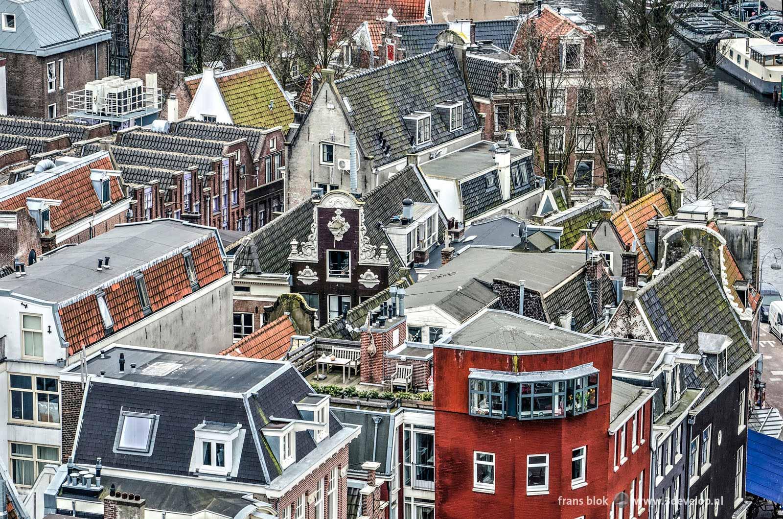 Daken en dakterrassen in de binnenstad van Amsterdam op de hoek van de Singel en de Prins Hendrikkade