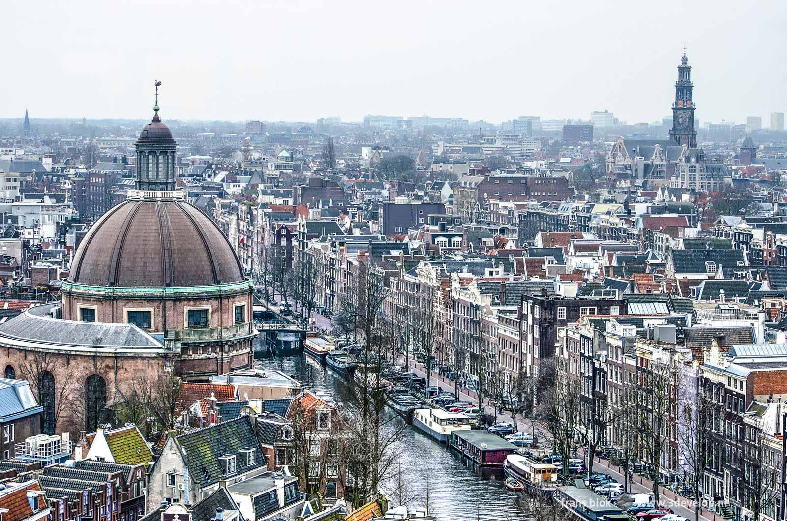 Uitzicht op de binnenstad van Amsterdam met onder andere de Singel, de Koepelkerk en de Westerkerk